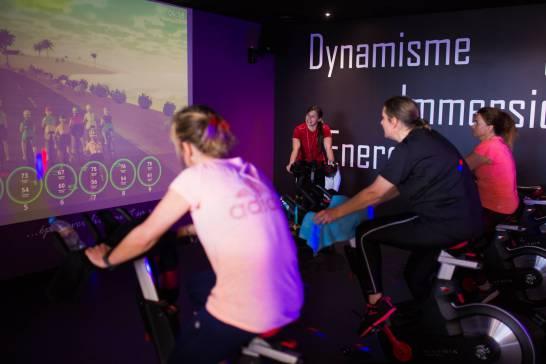 3d biking dans une salle de sport Elancia, avec des étudiants et un coach