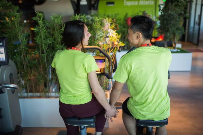Deux etudiants font du vélo dans une salle de sport