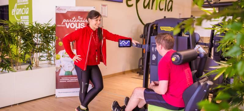Une coach Elancia donne des conseils à un adhérent