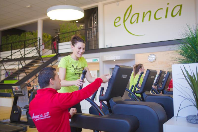 Salle de sport Elancia à Lorient : adhérent pratiquant une activité avec le suivi du coach